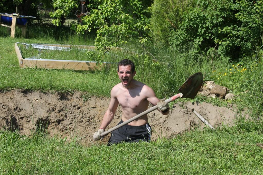Un copain est venu m'aider à creuser le trou du bassin