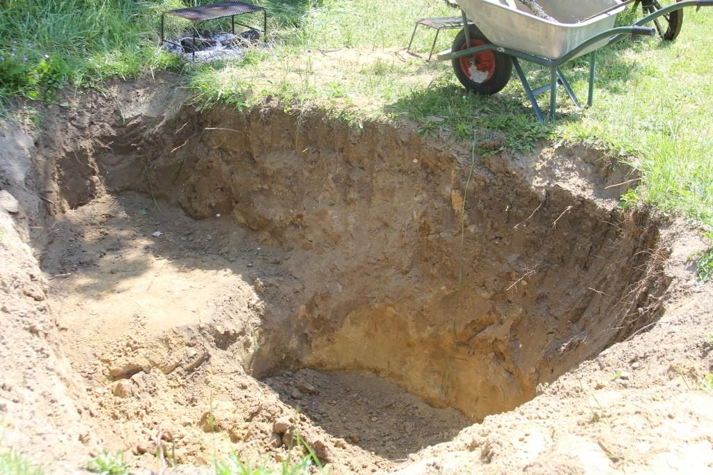 On creuse le trou du bassin à la pelle